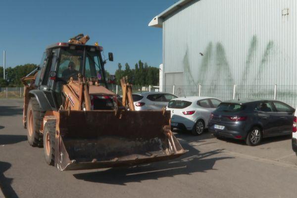 Le maire a menacé de déloger les caravanes installées sur le terrain communal avec un tractopelle