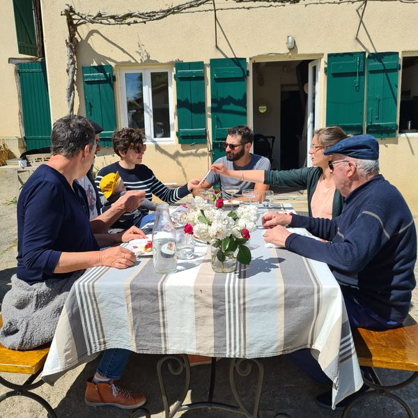 Trois générations se retrouvent autour de la table dressée devant la maison où né Papi.