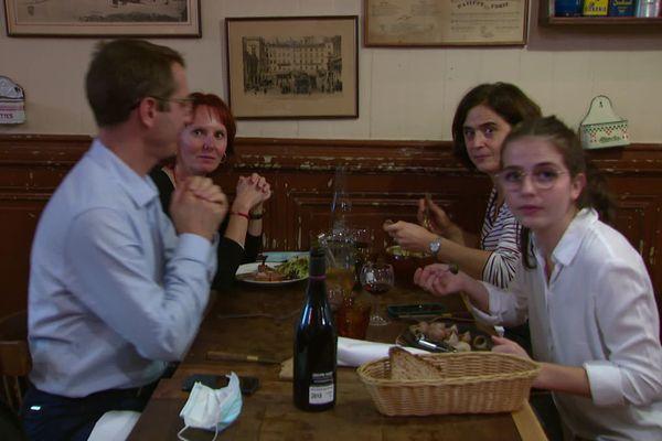 Les clients de ce bouchon lyonnais profitent d'un dernier dîner avant le confinement
