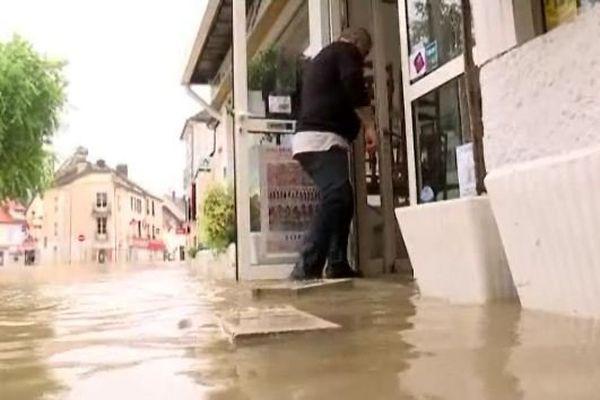 Des commerces durement touchés par les inondations, comme ici à Melun, en Seine-et-Marne.