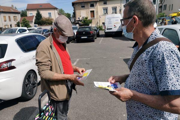 Sur les marchés de Bourgoin-Jallieu, en Isère, les candidats et militants sont de retour pour tracter et essayer de convaincre les citoyens avant les élections départementales et régionales.