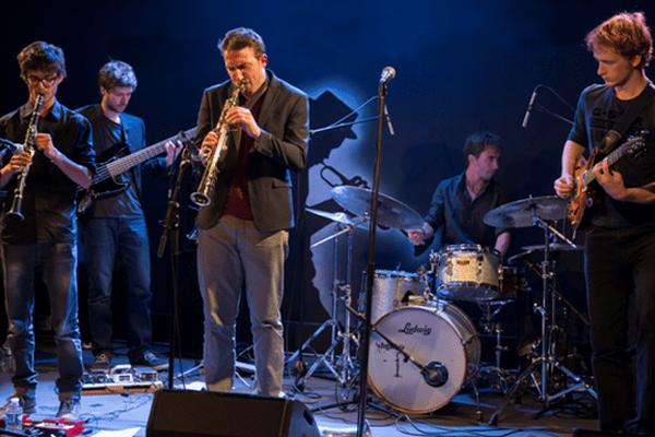 De gauche à droite, Clément Meunier : Clarinette, Gaspard Colin : Basse, Louis Billette : Saxophones, Martin Kiss : Batterie et Théo Duboulle : Guitare.