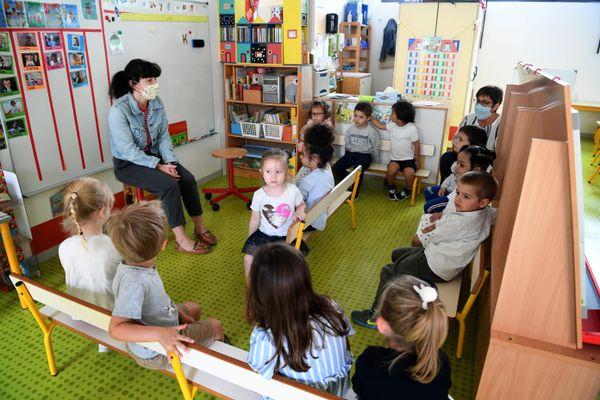 En maternelle, seuls l'enseignant(e) et l'Atsem sont obligés de porter le masque.