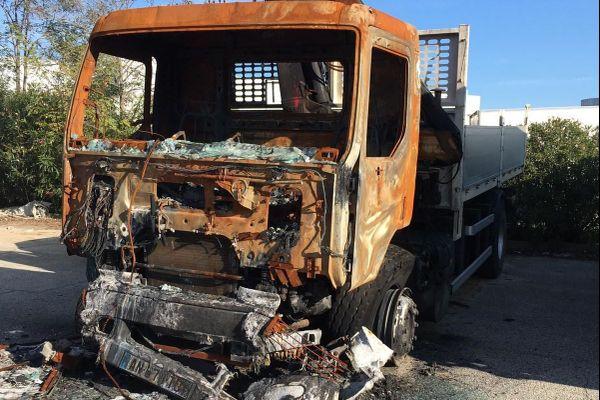 19/10/2020. Un incendie a détruit cinq camions de la société Rocca Transports sur la commune de Sarrola-Carcopino, dans la nuit de dimanche à lundi.