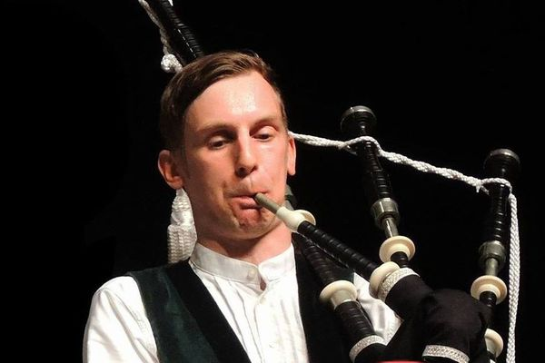 George joue dans différents ensembles. Il a intégré trois bagadou différents, à Grenoble, Roanne et Marseille
