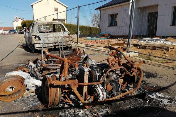 Carcasses de voitures brûlées à Homecourt, lundi 29 mars 2021