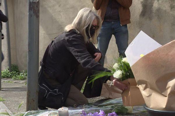 Des fleurs et des bougies sont déposées en hommage au policier tué mercredi à Avignon.