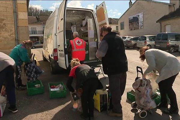 L'arrivée du camion de la croix rouge est très attendue dans les villages. Et toutes les générations sont représentées au sein des bénéficiaires.