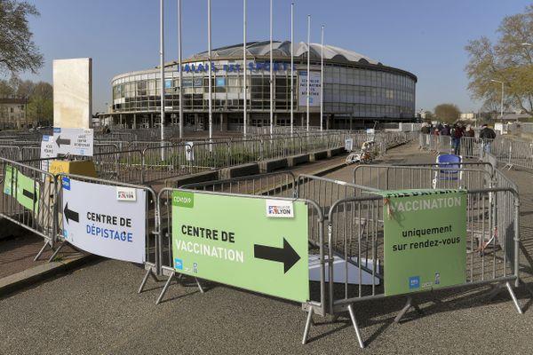 à Lyon dans le Rhône, le centre de vaccination du Palais des Sports de Gerland expérimente des tests sérologiques rapides, afin de détecter les personnes ayant eu le covid sans le savoir, et n'ayant finalement besoin que d'une seule dose.