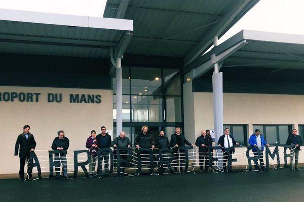 Pour des raisons de sécurité, l'aérodrome du Mans était fermé depuis l'installation d'un chapiteau du salon des Entrepreneurs de Travaux Agricoles.