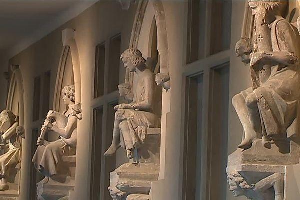 Les statues de la Maison des Musiciens conservées au musée Saint-Remi à Reims.