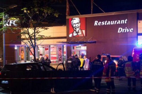 Un troisième homme se trouvait également dans le véhicule, blessé légèrement, il a été pris en charge par la police.
