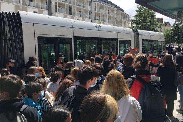 Le cortégé des lycéens le long de la ligne de tramway, lundi 10 mai 2021.