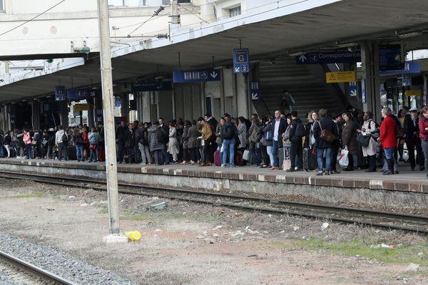 Les voyageurs attendent un train pour Strasbourg en gare de Mulhouse au soir du premier jour de grève à la SNCF
