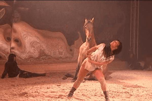 La chorégraphe et danseuse Anna Ventura présente sa dernière création au manège de la Guérinière à Caen.