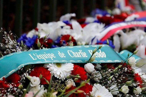 Des gerbes de fleurs ont été déposées sur les différents lieux où ont été perpétrés les attentats de janvier 2015 lors des cérémonies officielles du 7 janvier 2019.