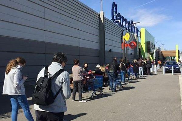 Une file d'attente au Carrefour d'Illzach, en banlieue de Mulhouse.