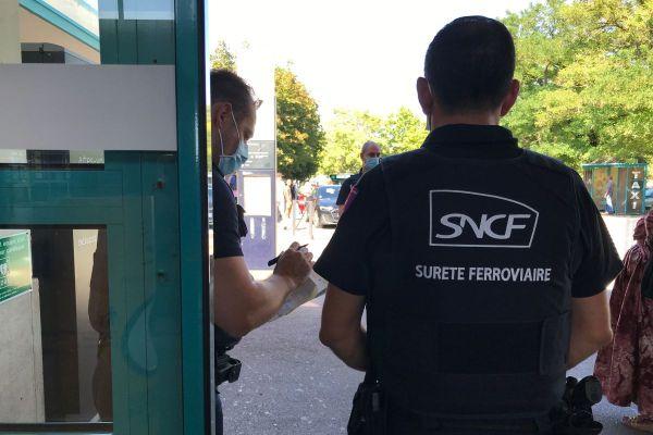 Les agents de la Sûreté ferroviaire et de la police nationale organisent des opérations coordonnées de contrôle du port du masque dans les gares SNCF.