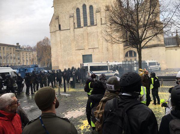 """La place Pey Berland de Bordeaux durant une manifestation """"Gilets jaunes"""" le 8 décembre 2018"""