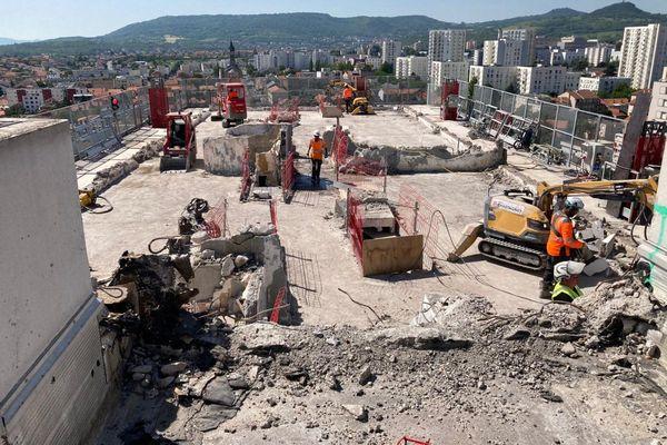La technique de l'écrêtage a été retenue pour la déconstruction de l'immeuble de l'allée des Dômes à Clermont-Ferrand.