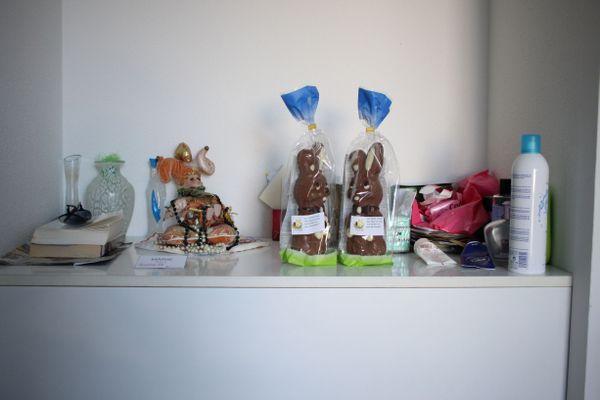 Les effets personnels de Josette, lots gagnés aux lotos organisés avant la crise sanitaire et chocolats de Pâques offerts par l'association des Petits frères des pauvres