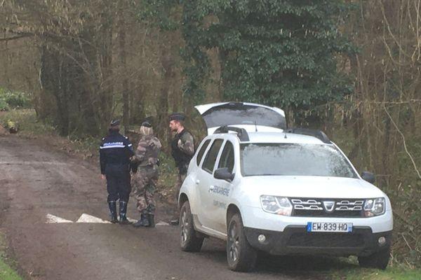Des gendarmes barrent l'accès au chemin forestier qui mène aux lieux du drame à Saint-Pierre-Aigle