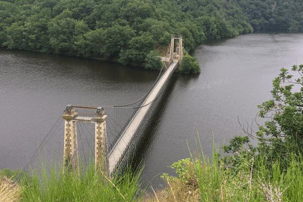 Le pont suspendu au dessus de la Tardes en Creuse