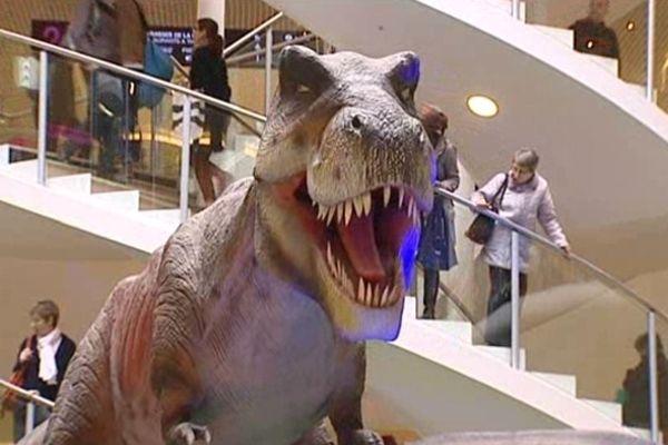 Des monstres carnivores ont envahi le grand temple lyonnais de la consommation...