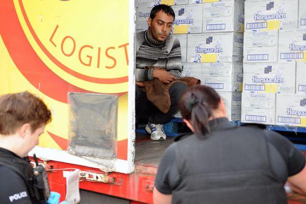 Un migrant est découvert caché dans un camion par la police britannique (30 juillet 2015)