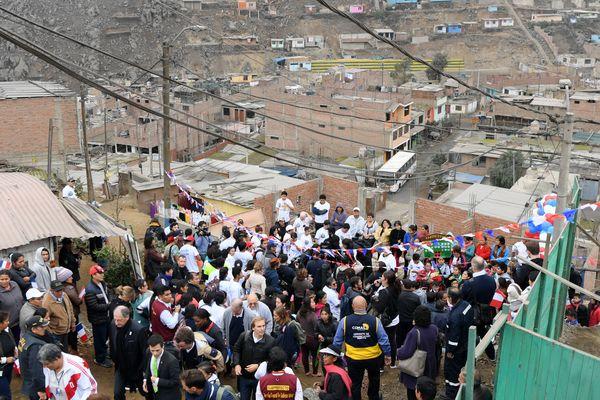 La délégation de la candidature parisienne aux JO 2024, en visite dans un bidonville de Lima, au Pérou.