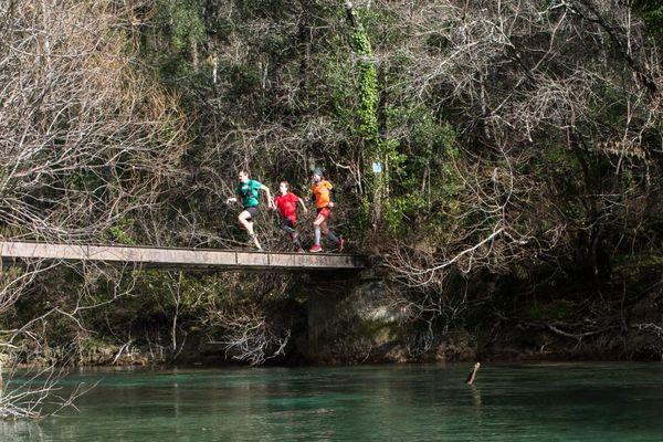 Des coureurs autour du lac de Saint-Cassien dans le pays de Fayence.