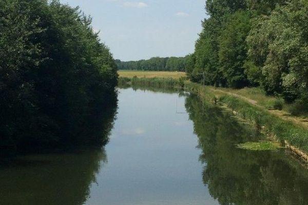 Le canal parallèle à l'Aisne, à Thugny-Trugny.