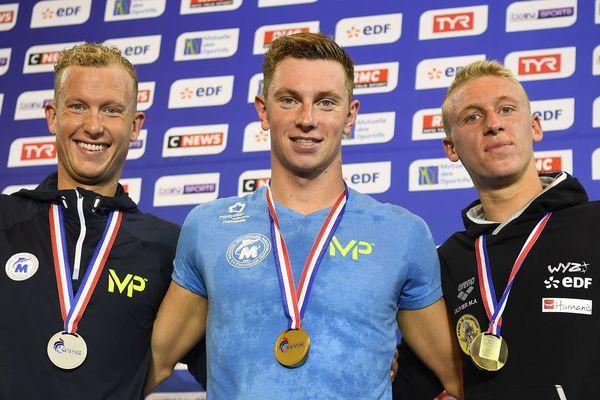 David Aubry et Damien Joly posent aux côtés de  Marc-Antoine Oliviera sur le podium des championnats de France à Rennes.