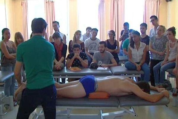 Cours de pratique de kinésithérapie à l'école de Montpellier. 18 septembre 2015.