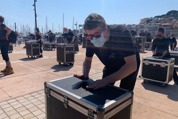 Une centaine de professionnels du spectacle ont manifesté ce vendredi à Cannes (Alpes-Maritimes) pour demander la réouverture des lieux de culture.