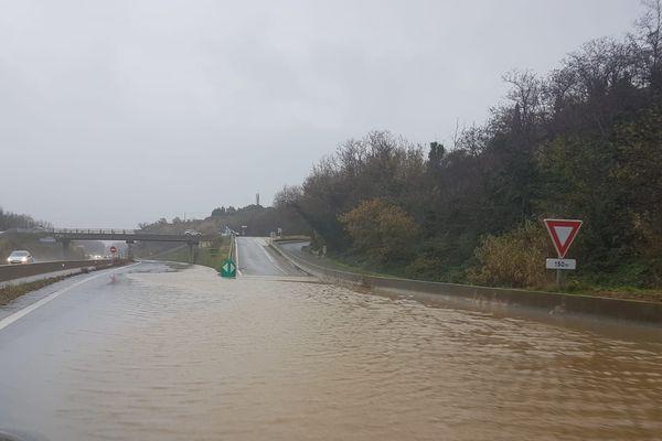 L'eau gagne les voies de la RN116 en direction de Perpignan, après Prades, ce mercredi 22 janvier après-midi.