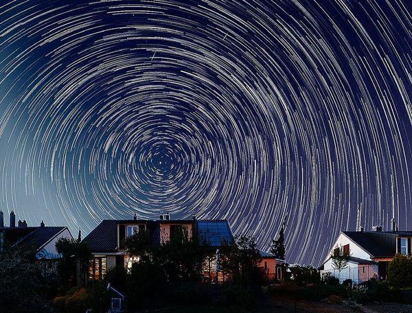 """La Terre a continué de tourner pendant le confinement, comme l'illustre cette vue du ciel dite """"circumpolaire""""."""