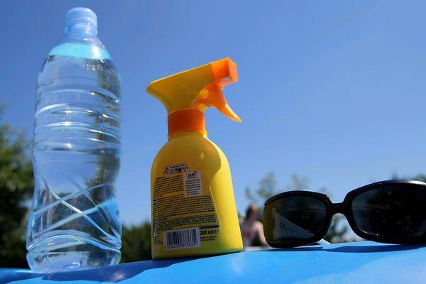 La combinaison gagnante : eau, crème solaire et lunettes de soleil