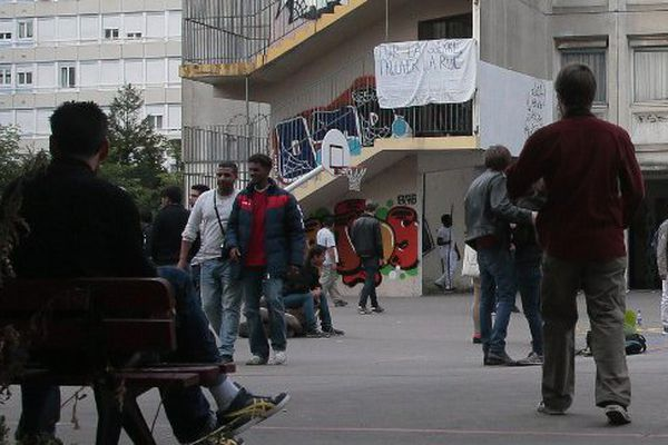 Depuis vendredi, des migrants se sont installés dans cette annexe du lycée Jean-Quarré dans le XIXe arrondissement.