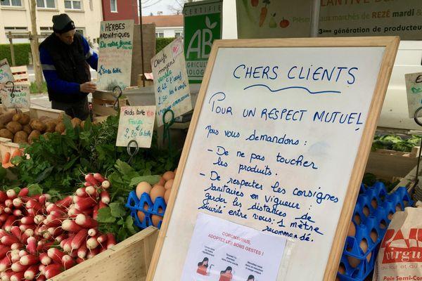 """Sur un étal de 4 saisons au """"petit"""" marché de Rezé, une recommandation de bon sens relative au covid-19."""