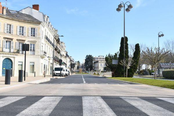 Aucune voiture sur le boulevard Michel de Montaigne, où la circulation est habituellement très dense.