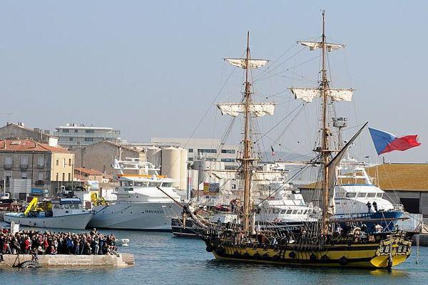 Sète (Hérault) - La Grâce arrive au port sous les yeux de centaines de visiteurs - 22 mars 2016.
