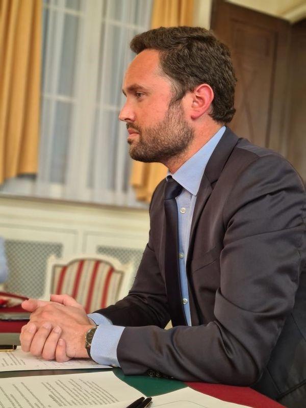 Valentin Belleval, maire d'Hazebrouck à son bureau pendant la visioconférence avec le Président Emmanuel Macron le 27 avril 2021