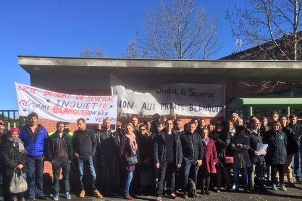 Les professeurs démissionnaires du lycée Déodat de Séverac de Toulouse, entouré par leurs collègues solidaires