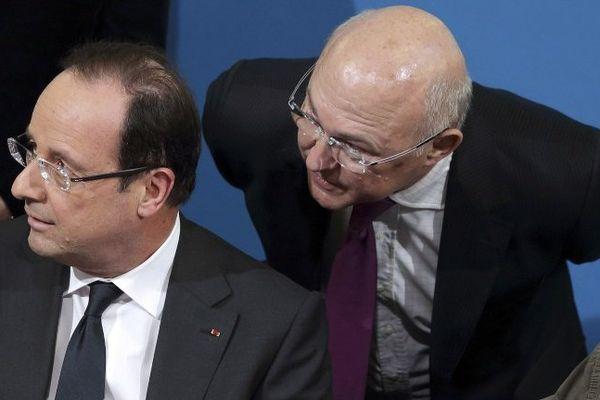Le Président François Hollande et Michel Sapin, le Ministre du travail lors de la signature sur les contrats d'apprentissage le 4 mars 2013 à Blois