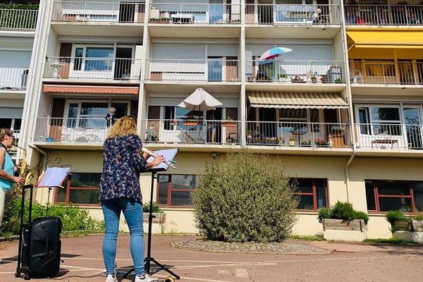 Avec une flûte, un saxophone et une simple bande son, Mélanie Doré et Brigitte Bailleul ont su redonner le sourire aux personnes âgées hébergées dans la structure.