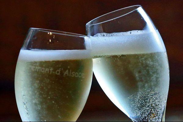 """Pour trinquer à la nouvelle année, certains optent pour les bulles... d'autres pour les boissons sans alcool, à l'heure du """"dry january"""", un mois sans alcool ui trouve depuis quelques années ses adeptes au-delà du Royaume-Uni où l'opération est née."""