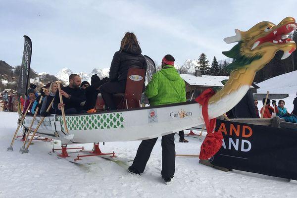 Des Annéciens ont conçu un dragon boat sur skis au Grand-Bornand (Haute-Savoie).