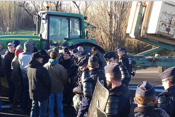 Une compagnie de CRS est intervenue pour bloquer les agriculteurs qui voulaient vider une benne de bois sur la voie rapide.