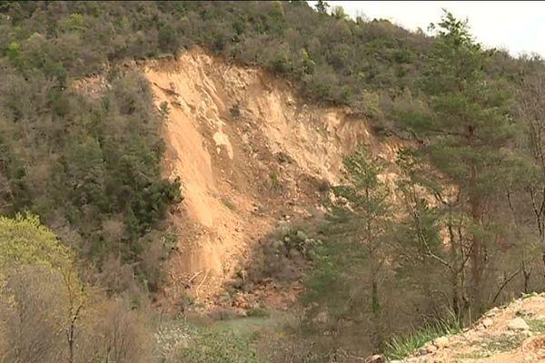 La terre s'est effondrée sur plusieurs centaines de mètres.